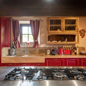 Cucine su misura in legno massello e materiali naturali