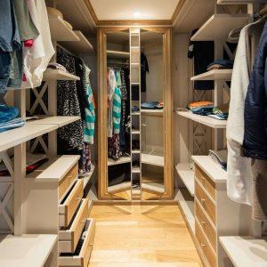 Cabina armadio in legno massello, materiali di qualità