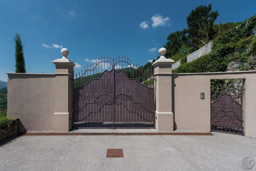 Un cancello garden house lazzerini per entrare nel tuo mondo for Colonne in pietra per cancelli