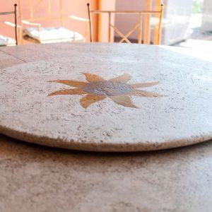 Particolare di tavolo in pietra naturale - Garden House Lazzerini, Made in Italy