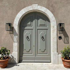 Infissi esterni. Portone esterno in stile classico, legno massello.