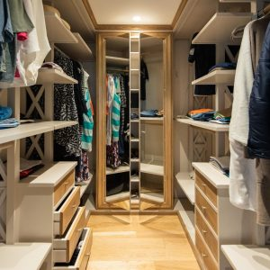 Walk-in closet in solid wood, quality materials