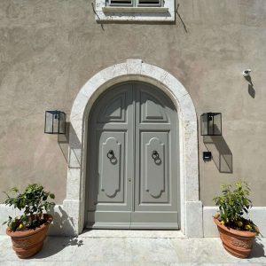 Luminaires externes. Porte extérieure de style classique, bois massif.