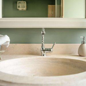 Salles de bains en travertin, design par GH Lazzerini