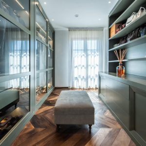 Walk-in wardrobe in solid wood, in classic style. Elegant and functional environment