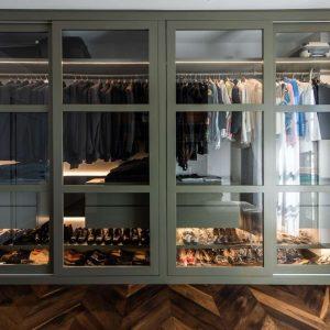 Walk-in wardrobe in solid wood, in classic style
