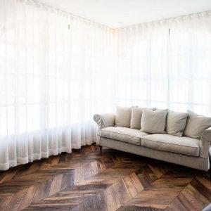 Canapé léger de style classique, fabriqué avec des matériaux naturels de qualité