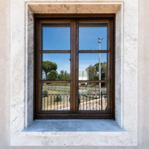Encadrement de porte en pierre, revêtement en pierre