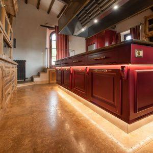 Кухня в изысканном и функциональном стиле, сделанная из качественных материалов.