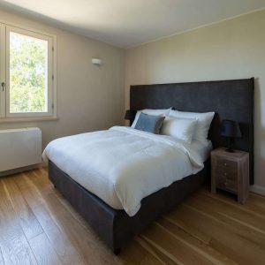 """кровать размера """"king-size"""" ручной работы из ткани"""