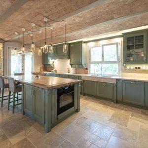 Кухня с островом, из массива дерева и натурального камня