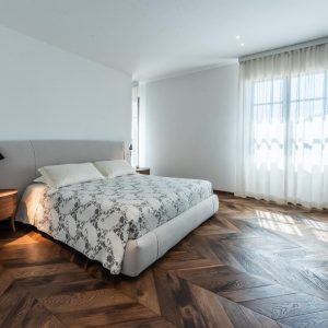 Сделанные на заказ спальни из массива дерева с элегантным дизайном
