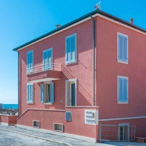 La facciata ristrutturata di Casa Antea a San Vincenzo